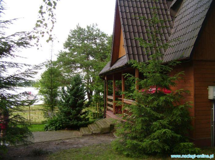 Domek pietrowy z tarasem blisko jeziora