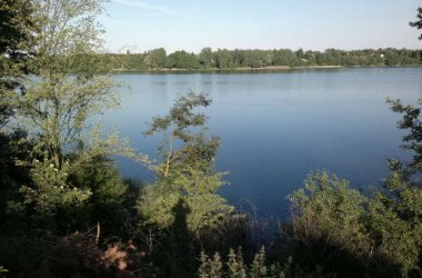 Na weekend,urlop-- wynajmę samodzielną wyposazona dzialke z domkiem murowanym nad jeziorem Głuszyńskim