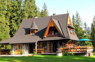 Zapraszamy do góralskich domków  Bajkowej Chaty z klimatem i duszą, malowniczo położonych w Tatrzańskim Parku Narodowym na wysokości 1000 m n.p.m. z widokiem na polskie i słowackie Tatry.